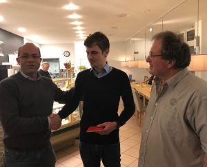 Tobias Volz und Erich Schmidt begrüßen Neumitglied Mathias Kossmann